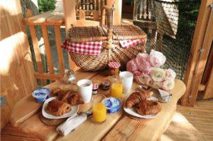 Cabane dans les arbres Enchantée petit-déjeuner
