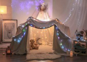 Cabane improvisée dans le salon pour les enfants