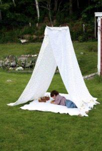 cabane minimaliste avec une corde à linge