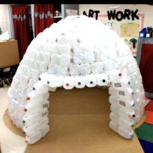 cabane igloo en bouteilles recyclées