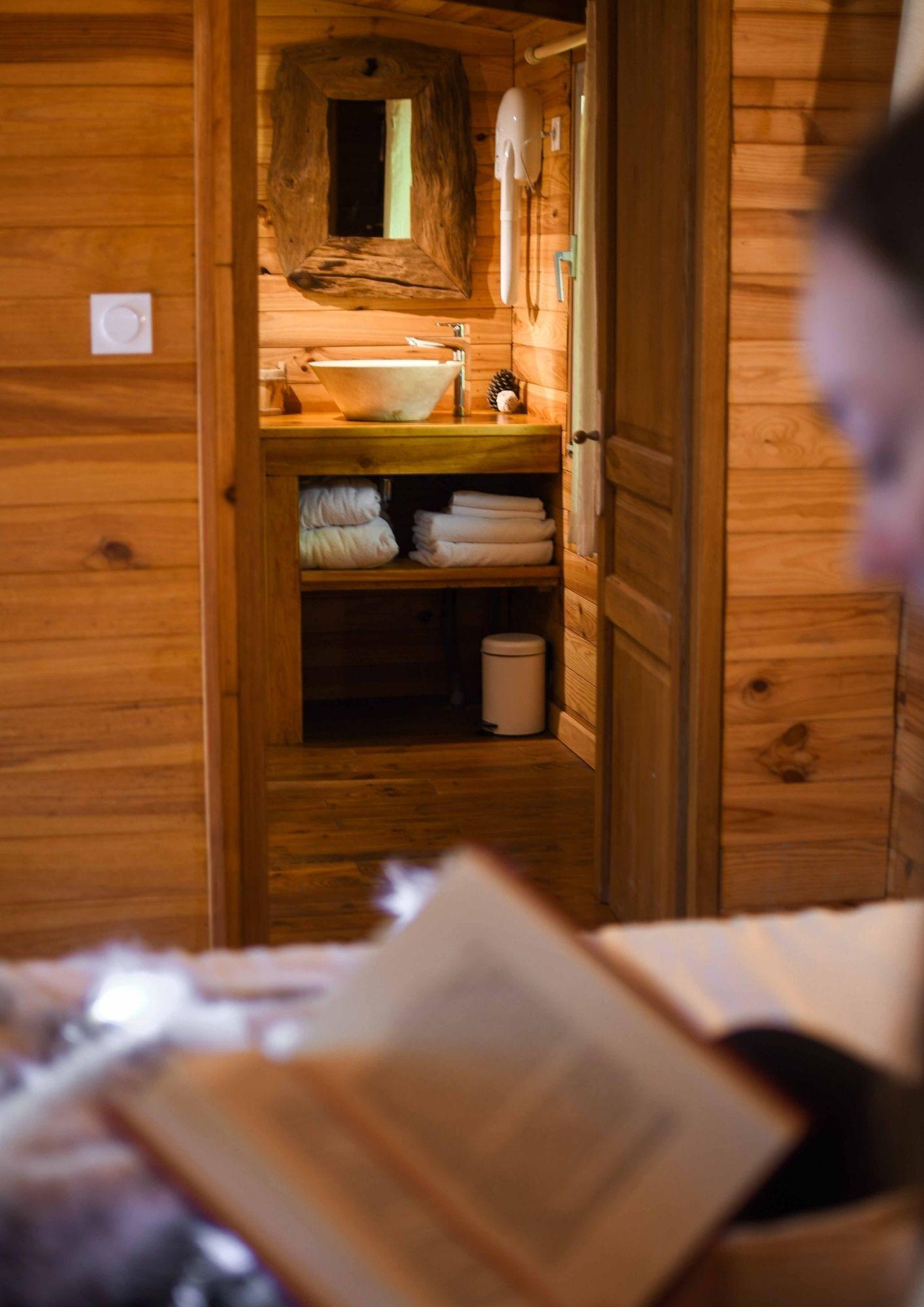 lecture dans une cabane dans les bois près de Paris